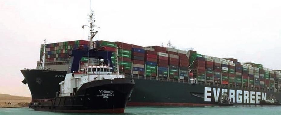 """El Canal de Suez suspende todo el tráfico por el encallamiento del """"Ever Given"""""""